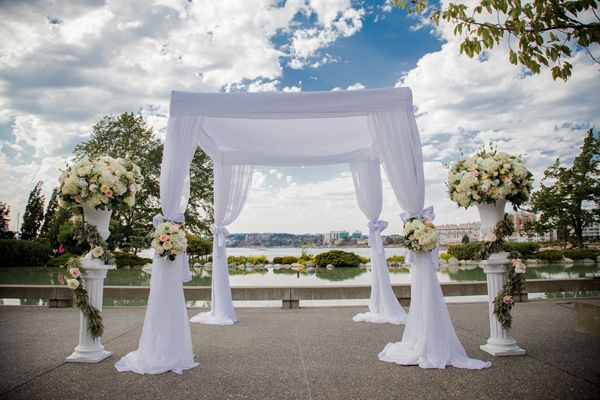 Outdoor Ceremony at Inn at Laurel Point Leanne Pedersen Photographers