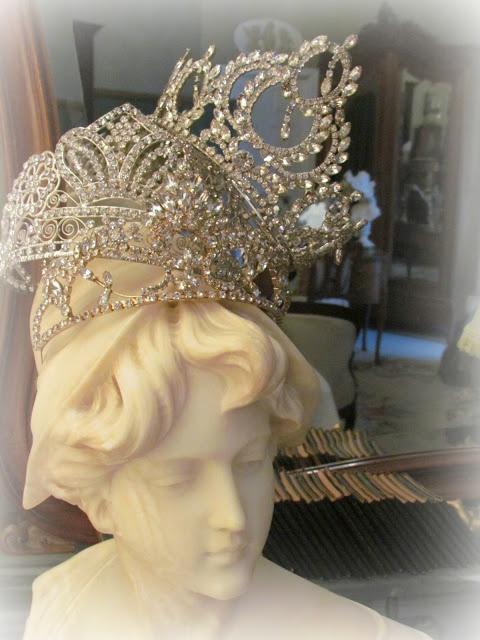 Crowns: delusions of grandeur