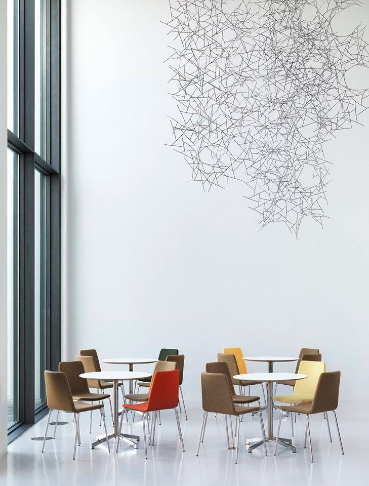 Универсальный стул MIND с мягкой формой и стильной конструкцией может быть использован в общественных зонах любого назначения. Выбор тканей очень разнообразен, а для покраски ножек в стандарте Johanson предлагается 194 RAL-цвета, черный, хром, что предоставляет неограниченные возможности выбора.