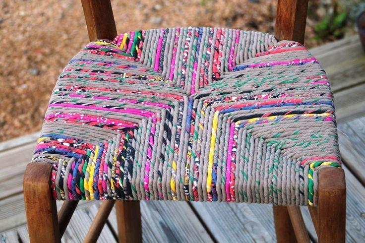 Chaise ancienne en bois relookée en torons de tissu