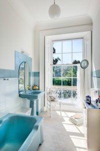 Traditionelles Bad mit blauen Marmor Badewanne, Waschbecken und Rücken Spritzen Fliesen passend. Die hohen Fensterpaneele angeborene Licht hereinlassen und hat Vorhänge für Privatsphäre herausziehen. / Foto von Colin Cadle Photography