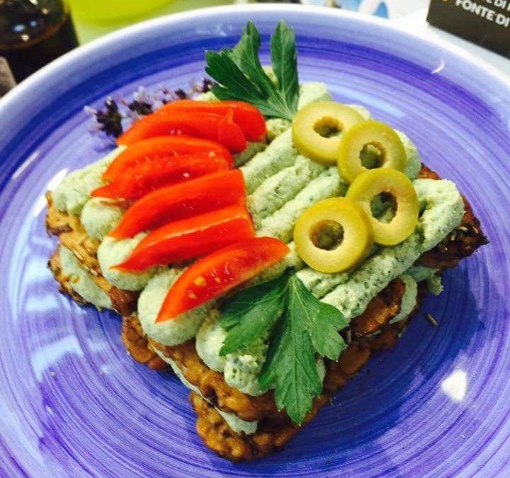 Mattonella di tempeh con salsa verde di tofu alle olive