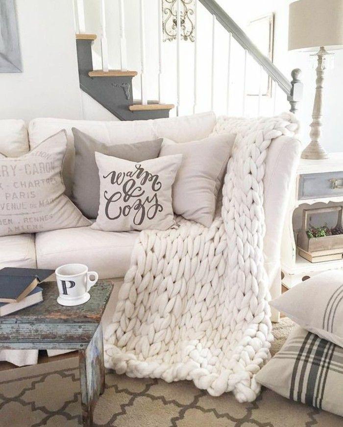 salon cocooning, canapé blanc, coussins gris et beige, escalier en bois