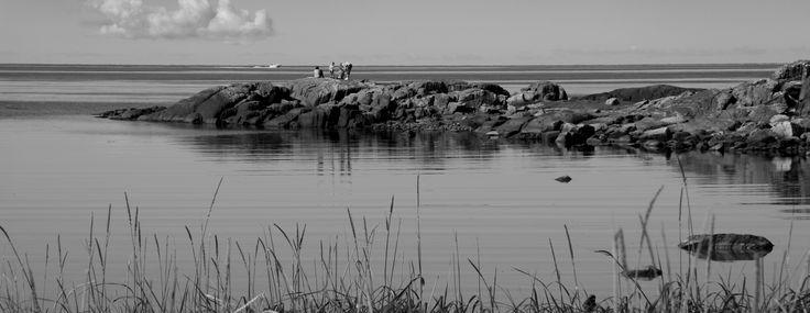 Stranden nedanför lilla Skipås är en gömd liten pärla där vattnet alltid är ljumt. Här badar man i viken med de små, eller från klipporna om man är vuxen. En lugn oas.
