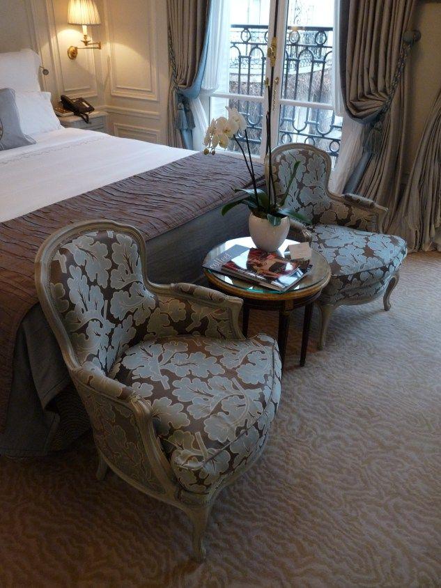 Hotel Plaza Athenee  Paris -  chambre | architecture d'intérieur, chambre, home decor, interior design. Plus d'inspirations sur http://www.bocadolobo.com/en/inspiration-and-ideas/