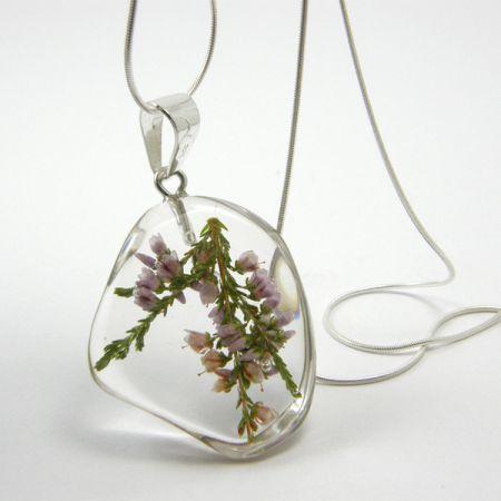 Wyjątkowy wisior wykonany ze srebra i żywicy oraz wrzosu .  Prawdziwe kwiaty wrzosu zostały na zawsze zatopione w żywicznym elemencie.