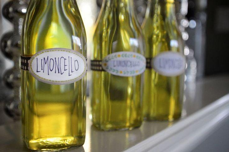 Итальянцы знают, что приготовленный лимончелло в домашних условиях - самый вкусный напиток для летнего знойного денька. Домашний лимончелло великолепен.