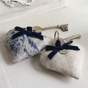puff-heart key rings..imagination running wild...felt, card stock, velvet& lace.even wood ,copper, maybe?