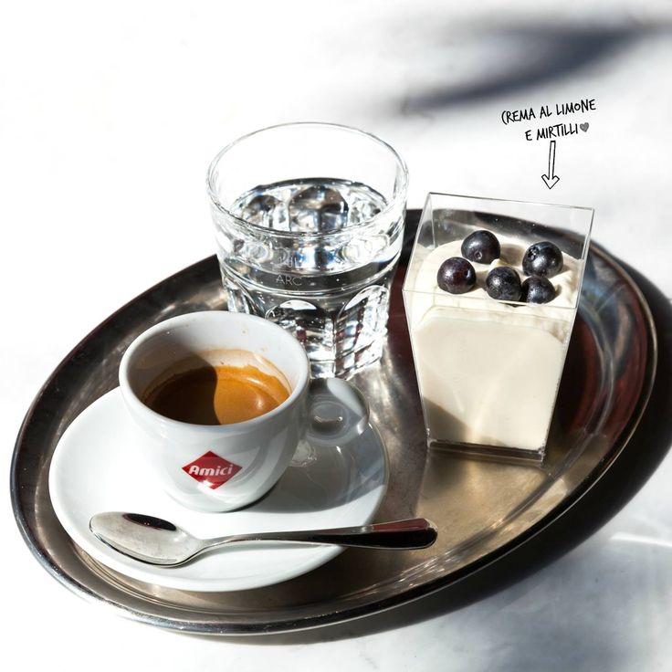 Oh, schon wieder Montag?! Heute versüssen wir ihn uns mit diesem kleinen süsses Etwas: Einer Portion Zitronencreme mit Blaubeeren und einem Espresso. Così buono!