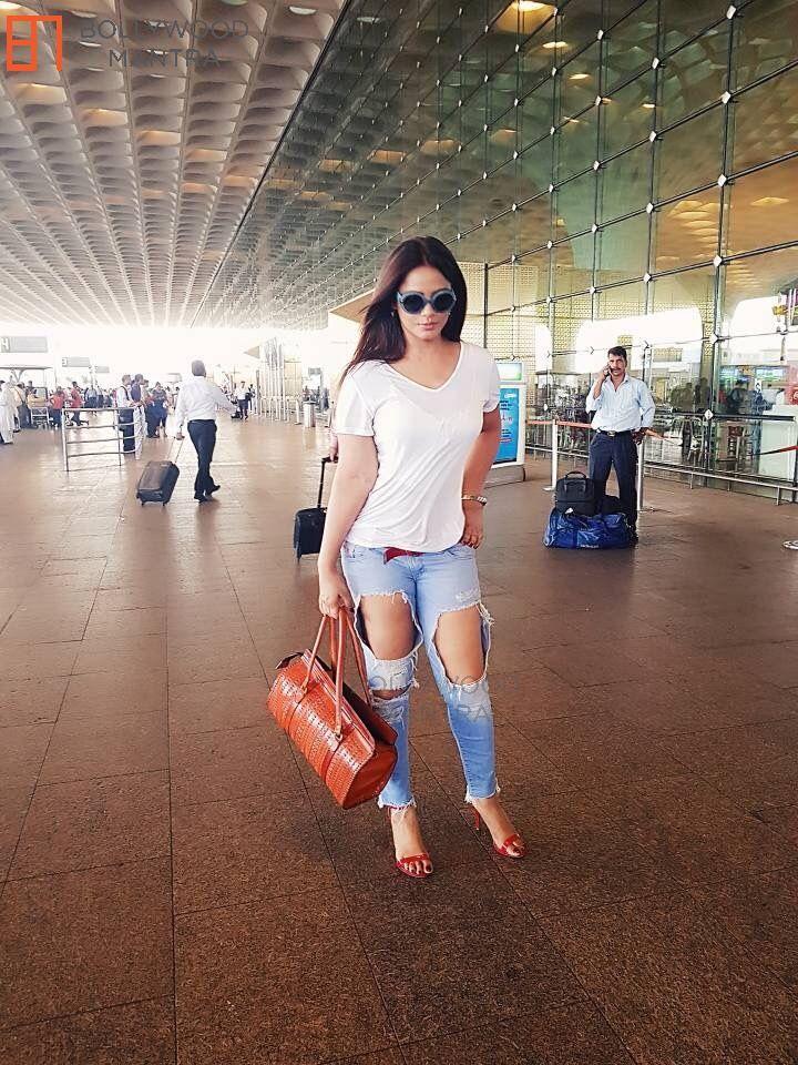 Neetu Chandra   Snapped in Mumbai International Airport 2017 Photo #198