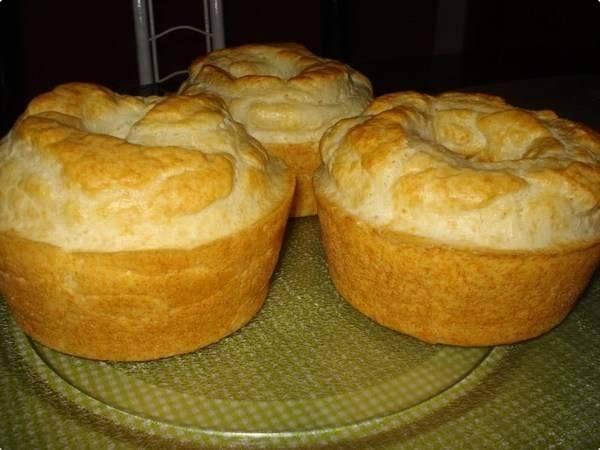 Receitas DA VOVÓ CELIA - Bolo Pão de Queijo. Ingredientes: 1 xícara de leite; 1/2 xicara de óleo; 1 xicara de queijo ralado grosso; 3 ovos; 250 g de polvilho doce; sal a gosto; 1 colher de fermento em pó. Modo de preparo: Bata todos os ingredientes no liquidificador, colocar a massa em forma untada com margarina e colocar pra assar em forno médio - 180º C por uns 20 - 30 minutos.