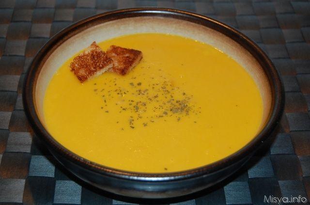 Procedimento per preparare la vellutata di zucca    Inserire nel boccale cipolla e olio 3 min 100° vel 4 Eliminate la buccia e i semi,quindi tagliate la polpa di zucca