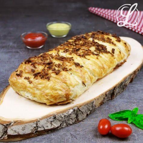 Der Hot Dog Zopf ist schnell gemacht und ein wunderbarer Imbiss oder ein leckeres Abendessen oder Mittagessen. Würstchen im Schlafrock mal anders! #rezept #rezepte #würstchen #schlafrock #blätterteig #hotdogzopf