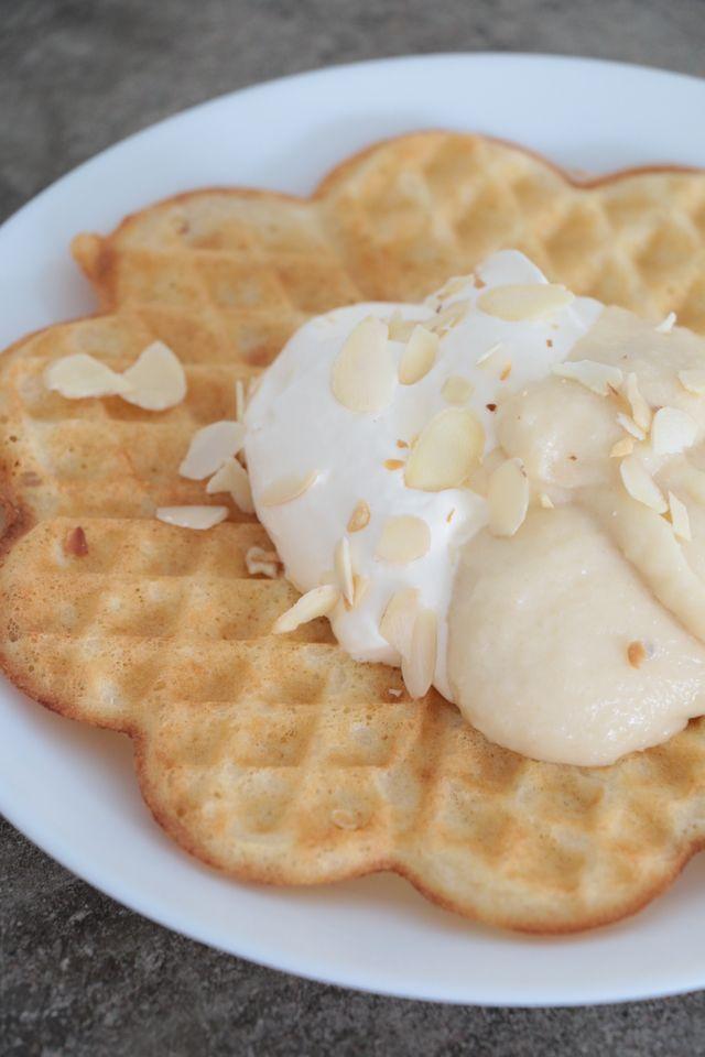 Yummie med semmelsmaker i en våffla. Jag har gjort frasiga vaniljvåfflor och toppat dem med grädde och mandelkräm. Mums! Vaniljvåfflor 2 ägg 3 dl kolsyrat vatten 3 dl mjöl 2 tsk bakpulver 0,5 tsk sa