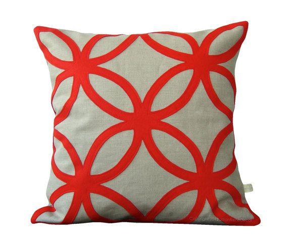 Oggettistica per la casa cuscino decorativo - disegno geometrico di feltro - rosso mod da JillianReneDecor | Interior Design | Rosso papavero | Regalo per lei | Moderno