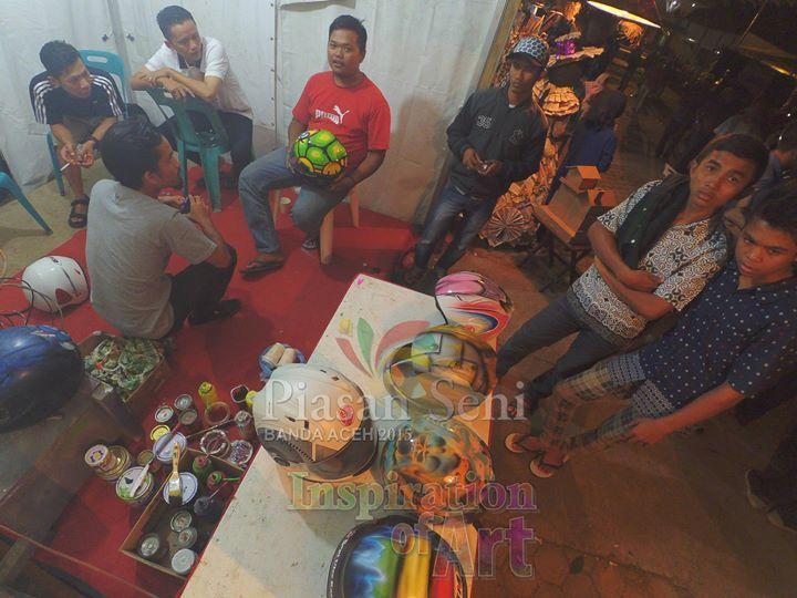Pengunjung sedang melihat-lihat isi stand pameran seni. #piasanseni - Piasan Seni Banda Aceh 2015 http://on.fb.me/1ifHj8G Get more on Piasan Seni Facebook FanPage http://on.fb.me/1Ffi9Se ============== OFFICIAL UPDATES ABOUT PIASAN SENI BANDA ACEH 2015 ------------------------ www.piasanseni.org info@piasanseni.org (mail) @piasanseni (twitter/Instagram/tumblr/Pinterest) 58780415  C002DE7E3 (BBM) Piasan Seni Banda Aceh 2015 (http://bit.ly/1F1xLsB : Facebook Page) or (http://bit.ly/1ifHj8K…