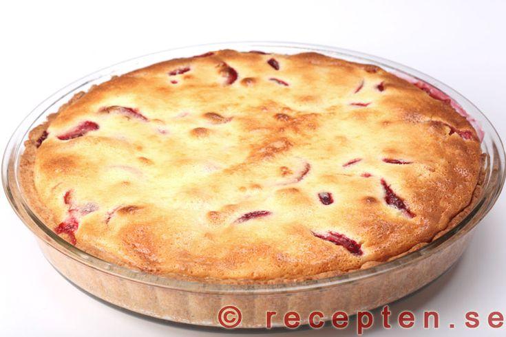 Krämig jordgubbspaj - Mycket god krämig och lagom söt jordgubbspaj! Enkelt recept med bilder steg för steg!