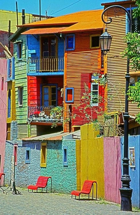 La Boca, Buenos Aires I love colorful buildings, apartments, houses ... it makes everything so cheery! :)