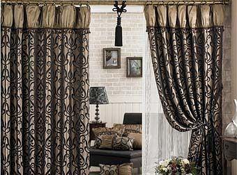 cortinas interiores oscuros hinchados