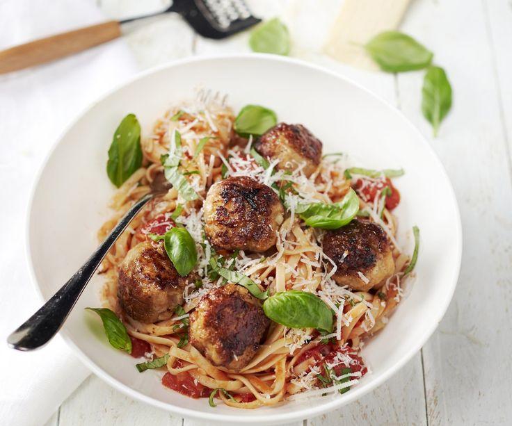 Un delizioso piatto di pasta con una salsa di pomodoro saporita e buonissime polpette di pollo. Un piatto veloce e semplice da mangiare durante la settimana che piacerà molto ai bambini! Buon appetito!
