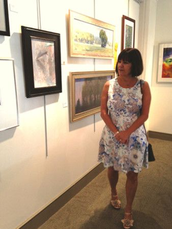 Indiana First Lady Karen Pence takes in the 91st Annual Hoosier Salon Exhibition at the Indiana Historical Society, August 2015 (courtesy of http://www.in.gov/).