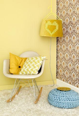 Met lappen stof, lampfolie, behangpapier of wol maak je je eigen lampenkap.