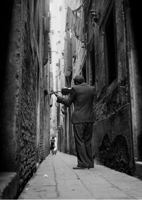 Tony Vaccaro ( Amerikan , 1922 doğumlu )  Kemancı, Venedik, İtalya / http://www.artnet.com/artists/tony-vaccaro/the-violinist-venice-italy-a-wmkz4WpFcZswZcyEc_G5ow2?utm_campaign=artnetnews&utm_source=111116daily&utm_medium=email&utm_term=artnet%20News%20-%20European%20List%20Only