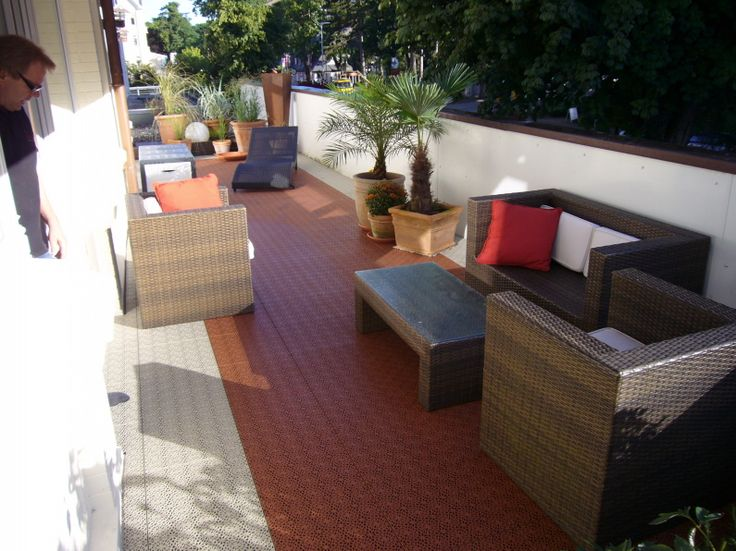 Terrasse mit Fliesen und Bodenbelag Typ Bergo XL aus PP Kunststoff