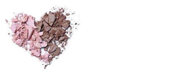 PUDRA NE İŞE YARAR?  Pudrayı yanlış kullanmayın! Çoğu hanım pudrayı cildin rengini düzgünleştirecek bir kozmetik olarak görür. Hâlbuki pudra matlaştırıcı ve sabitleyici bir kozmetiktir. Renk vermekten çok, mat bir örtü sağlar ve eğer altında nemlendirici yoksa ciltte en fazla 1-2 saat kalır uçar gider! Gün içinde uçan bu pudraya taş pudranızla sürekli takviye yaparsınız ve sonunda yüzünüzde parçalı-yamalı gibi duran bölümler ve bulamaç bir görüntü oluşur.