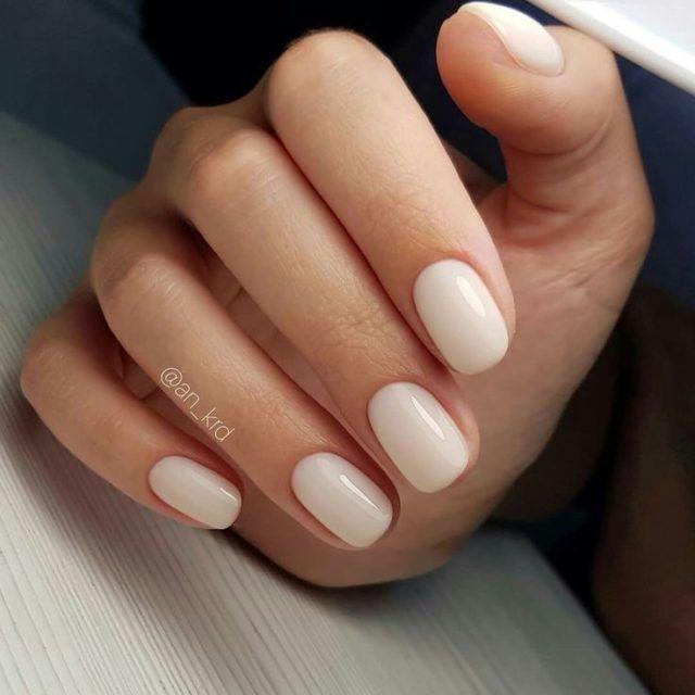 Manucure modeste pour les ongles courts. Toujours aimer …