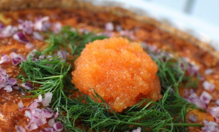 En paj som platsar alldeles utmärkt på påskbordet.Fetaost och Västerbottensost är en suverän kombination, toppad med löjrom, rödlök och dill är den
