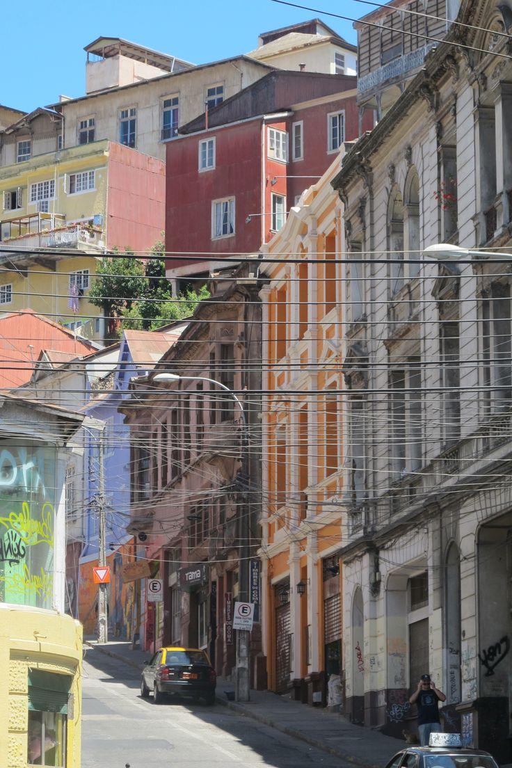 Calles aún con antiguos enrejados de cables electricos, Valparaiso, Chile