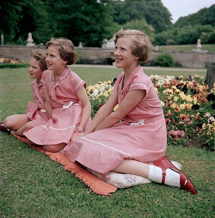 Dronningen med sine to søskende H.K.H. Prinsesse Benedikte og H.M. Dronning Anne-Marie. På billedet ses de tre søstre i Fredensborg Slotshave i 1953.