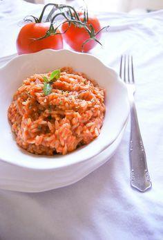 Uno dei piatti della mia famiglia racchiude tutti i sapori dell'Italia e della terra.Pomodori freschi dell'orto trasformati in passata, riso cotto con un leggero brodo vegetale ( in casa ci litighiamo...