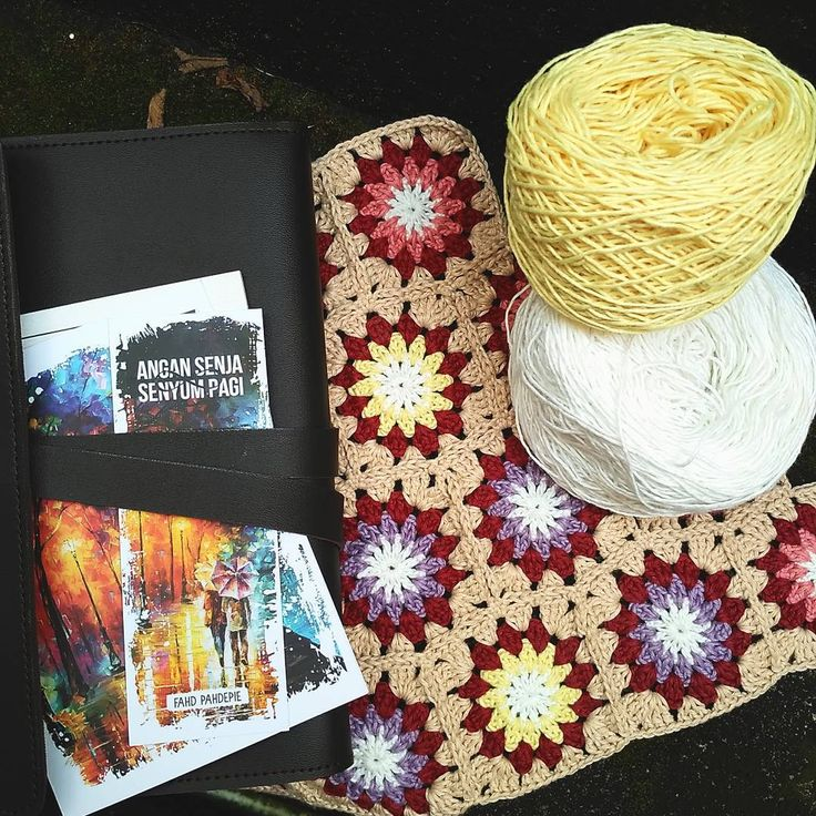 Selamat pagi, Senin! . . Antara mau baca buku baru @fahdpahdepie #angansenjasenyumpagi dan #crocheting 😉😉 . . #crochet #crochetaddict  #crochetastherapy  #crochetlover  #crochetersofinstagram  #crochetyarn #crochetsunburst  #book #morning