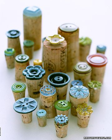Pegue los botones en el corcho para hacer sellos únicos - presionar sobre el papel del arte o el periódico en blanco para papel de regalo hecho en casa - Glue buttons onto cork to make unique stamps - press onto craft paper or blank newspaper for homemade wrapping paper.