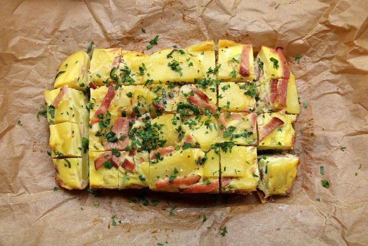 Recette et photos étape par étape pour préparer une tortilla espagnole maison au jambon cuite au four avec du jambon et des piments jalapeños.