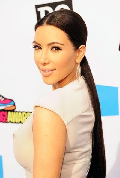 Kim com seu rabo de cavalo bem baixo
