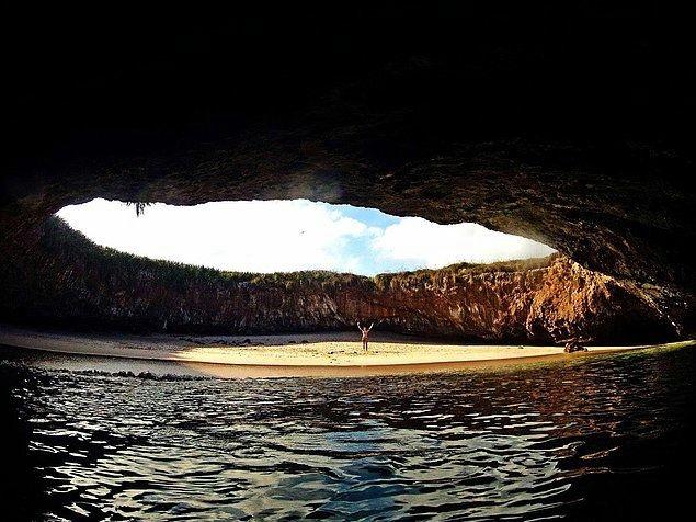 Скрытый пляж на Ислас Марьетас, куда можно добраться вплавь или через длинный водный туннель.111a (635x476, 181Kb)