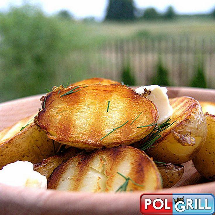 Często zdarza się, że odwiedzają  nas bez zapowiedzenia  nasi mili goście. Nawet  gdy nie jesteśmy specjalnie przygotowani na taką wizytę, szybko możemy zaserwować  bardzo proste i smaczne grillowane ziemniaczki. Najlepsze do grillowania są odmiany białych ziemniaków.