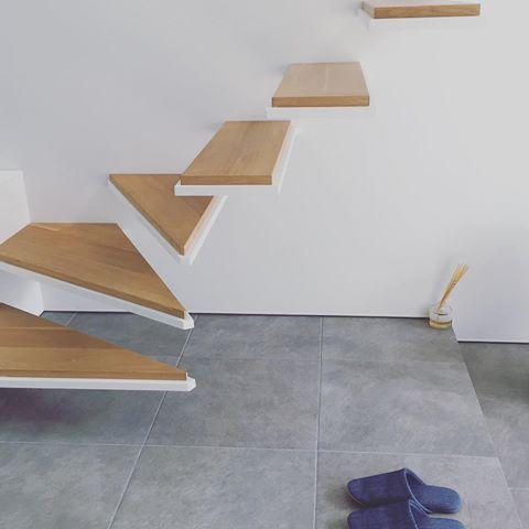 デニムのスリッパ。 床がタイルなので、スリッパは必要。 このところのお気に入りは無印良品✨ インソールあり、洗濯OK、デニム素材もGOOD❣️ おまけにセールだった😆 #マイホーム#マイホーム記録 #マイホーム完成 #建築家住宅 #建築家とつくる家 #注文住宅 #ミニマルデザイン #ミニマルインテリア #シンプルインテリア #片持ち階段 #無印良品 #グレータイル #myhome #instahome #lovemyhome #architecture #minimalstyle #staires #sanwacompany