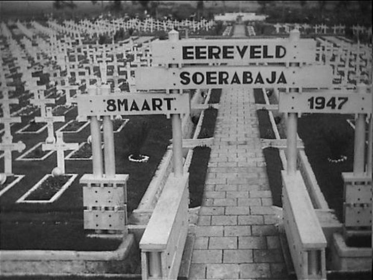 De ingang van het ereveld te Soerabaja met op de achtergrond het monument