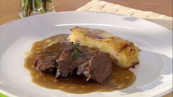 Presentación de la receta de carrilleras de ternera en salsa con pastel de patata y panceta que prepara Bruno Oteiza.
