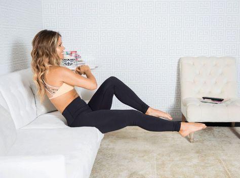 femme-canape-sport-entrainement-muscle-jambe-bras-plies
