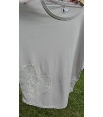 Dámské stylové tričko s krátkým rukávem.  Tričko je vyrobeno z lehké bavlny, která je vhodná do parných dnů. Na přední straně trička je umístěna strojová aplikace.