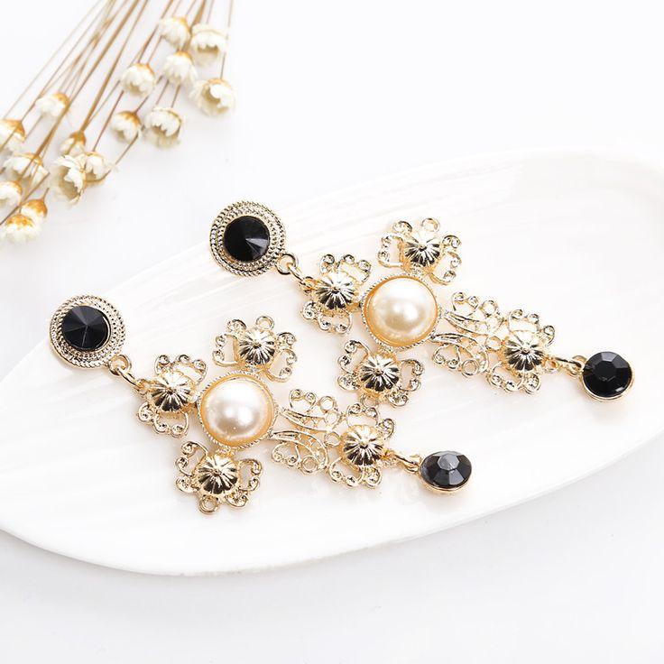 Gioielli Economici Autunno 2016 In molti considerano gli accessori con le perle un simbolo di eleganza, che si possono usare anche abbinati a vestiti in stile casual. La cosa da tenere a mente è che devono avere un aspetto discreto. Ma per una serata fuori casa sono perfetti accessori con le perle più stravaganti.