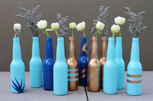 Evde şişe süsleme çalışmalarına ek olarak bu gün paylaştığım çalışma hem eğlenceli hem de yapımı çok kolay. Sizde evinizde biriken şişeleri süsleyebilir ve dekoratif vazolar haline getirebilirsiniz…