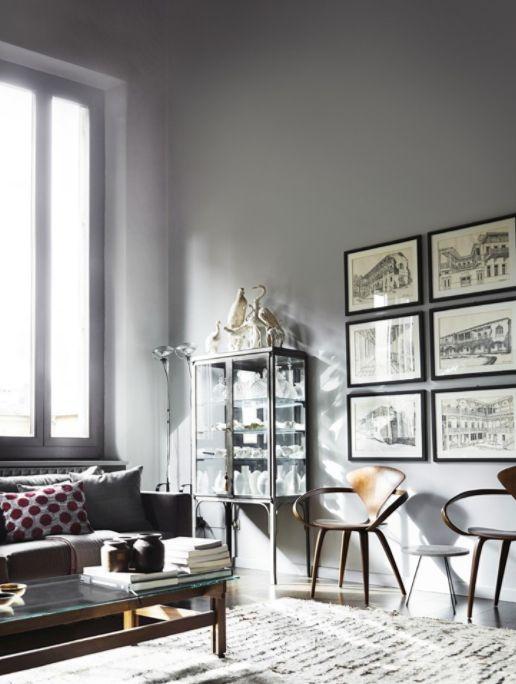 vardagsrum grått, beni ourain, grå soffa, tavelvägg, tavlor, svart ram,