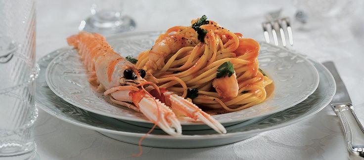 Pulite, lavate con cura e sgusciate delicatamente gli scampi. Preparate il brodo: lessate le carcasse per 15 minuti in acqua salata con la carota, la costa di sedano, la cipolla.