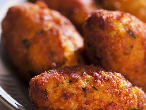 Fritterte Hähnchenfrikadellen auf brasilianische Art ist ein Rezept mit frischen Zutaten aus der Kategorie Hähnchen. Probieren Sie dieses und weitere Rezepte von EAT SMARTER!